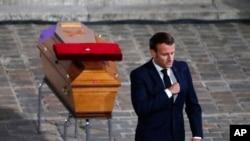 Президент Макрон біля домовини вчителя Самуеля Паті на церемонії у Парижі 21 жовтня 2020 р.