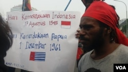 Front Rakyat Indonesia untuk West Papua (FRI-WP) dan Aliansi Mahasiswa Papua (AMP) berunjuk rasa memperingati 'Perjanjian New York' di Jakarta, Selasa (15/8). (Fathiyah Wardah/VOA)