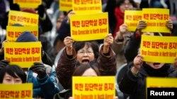 지난 2011년 12월 한국 서울에서 열린 유엔 인권의 날 행사에서 북한의 인권 상황을 규탄하는 시위가 열렸다. (자료사진)