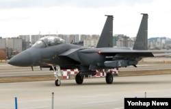 지난 2016년 12월 한국 대구 공군기지에서 이륙 준비 중인 F-15K 전투기.