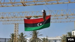 Una marioneta que representa a Moammar Gadhafi, fue colgada en la ahora llamada Plaza de los Mártires, la ex Plaza Verde de Trípoli.
