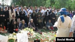 خانواده های قربانیان و اعدام شدگان دهه شصت در گورستان خاوران در شرق تهران.