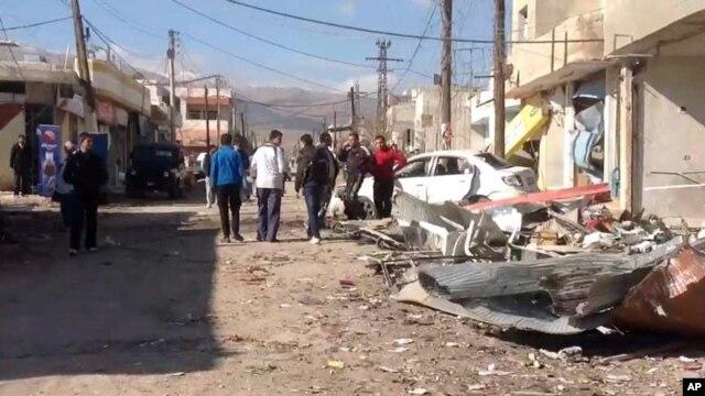 Efeitos da explosão de um carro armadilhado na cidade de Qatana nos subúrbios de Damasco