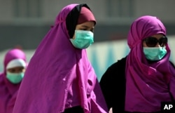 Muslim pilgrims wear masks to prevent infection from the Middle East respiratory syndrome (MERS) in the holy city of Mecca, Saudi Arabia, June 2014. (AP PHOTO)
