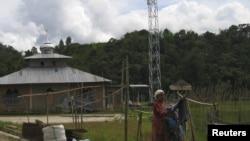 Warga menjemur pakaian dekat stasiun pemancar desa Mambi, Sulawesi Barat. (Reuters/Altobridge)