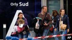 حادثه روز شنبه پروازهای فرودگاه اورلی پاریس را برای مدتی مختل کرد و موجب سرگردانی موقت برخی مسافران شد.