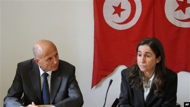General secretary of the Tunisian PDP opposition party Maya Jeridi, right, and opposition leader and lawyer Ahmed Nejib Chebbi, left, attend a press conference, in Tunis, January 05, 2011
