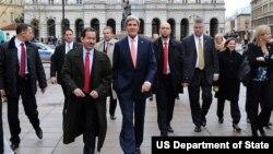 استیون مال (سمت چپ) در کنار جان کری وزیر خارجه آمریکا