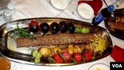 Makanan seperti Kebab (daging panggang) yang disajikan dengan nasi biryani dan curry, menjadi alternatif hidangan berbuka puasa bagi keluarga di AS.