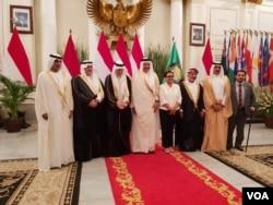 Menteri Luar Negeri Retno Marsudi, Sekretaris Jenderal GCC (Dewan Kerjasama Teluk) Abdul Latif bin Rasyid al-Zayani bersama delegasi di kantor Kementerian Luar Negeri di Jakarta, Rabu, 28 Agustus 2019. (Foto: VOA/Fathiyah)