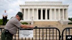 У Мемориала Линкольна в Вашингтоне, дистрикт Колумбия. 1 октября 2013 г.