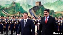 Presiden Venezuela Nicolas Maduro (depan, kanan) bersama Presiden China President Xi Jinping dalam upacara penyambutan tamu negara di Beijing (7/1).
