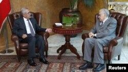 17일 레바논 베이루트의 대통령궁에서 회담한 미셸 술레이만 레바논 대통령(왼쪽)과 라크다르 브라히미 유엔-아랍연맹 시리아 특사 (오른쪽).