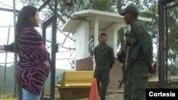 Patricia Gutiérrez espera poder entrar a la cárcel militar donde está preso su esposo, el opositor Daniel Ceballos. [Foto: Patricia Gutiérrez/Twitter]
