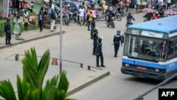 La police patrouille à Douala, au Cameroun, 21 octobre 2017.