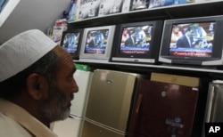 巴基斯坦人在商店观看巴基斯坦总理讲话