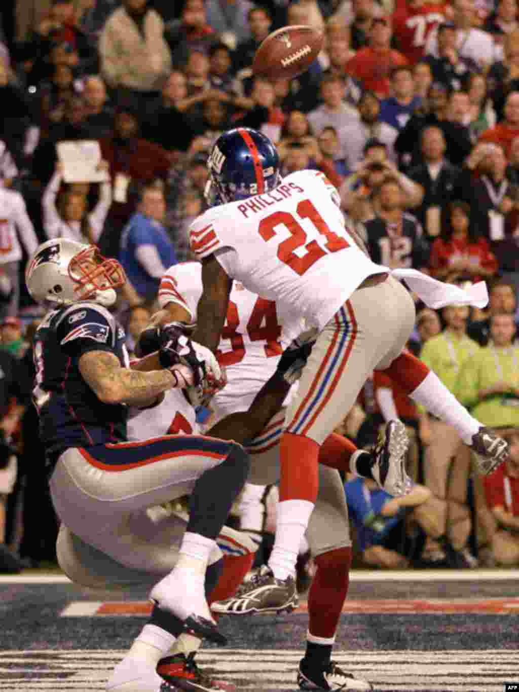New York Giants safety Kenny Phillips (21) breaks up a pass intended for New England Patriots tight end Aaron Hernandez, left, during the second half of the NFL Super Bowl XLVI football game, February 5, 2012, in Indianapolis, Indiana. (AP)