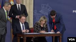 Oliver Varhelji i ministarka za evrointegracije Srbije Jadranka Joksimović potpisali su finansijski sporazum IPA 2019, Foto: VOA