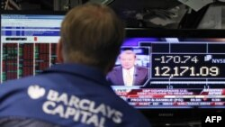 Triển vọng cũng như quan ngại về sức mạnh của quá trình phục hồi kinh tế Hoa Kỳ đã khiến các thị trường chứng khoán tụt giá mạnh trong phiên giao dịch đầu ở New York hôm nay