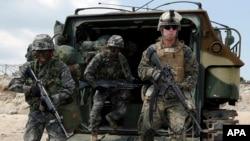 Binh sĩ Thủy quân lục chiến Hàn Quốc và Mỹ trong cuộc tập trận tấn công đổ bộ ở Pohang, phía nam Seoul, tháng 4/2013.
