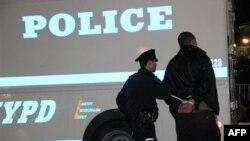 Арестованного в парке Зукотти ведут в полицейскую машину. Нью-Йорк