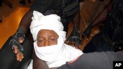 Hissène Habré, l'ex-dictateur tchadien amené de force devant le tribunal
