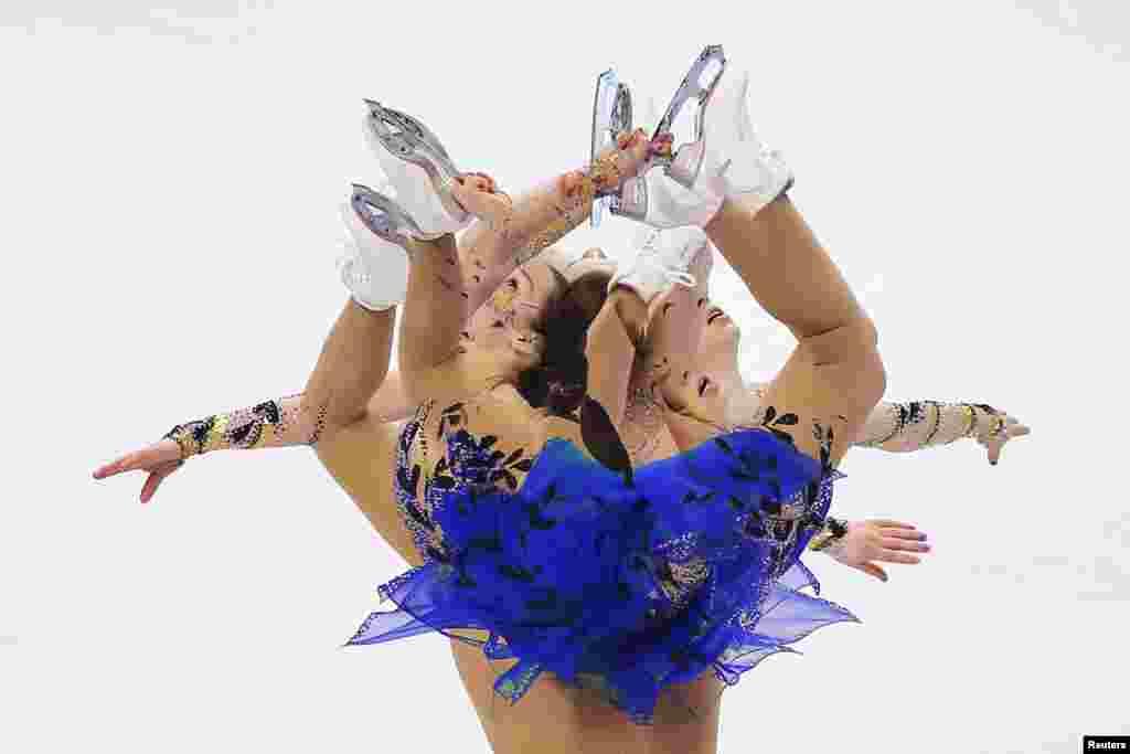 """Kiri Baga beraksi dalam Kejuaraan Seluncur Indah (Figure Skating) AS di Boston, Massachusetts yang dipotret dengan teknik """"multiple-exposure""""."""