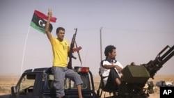 利比亚反政府武装的战士9月4日在一个检查站作出胜利的手势