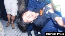 学民思潮召集人黄之锋被胡椒喷雾喷中倒地,被警员铐手铐拾走(张洁平微信图片 2014年9月27日)