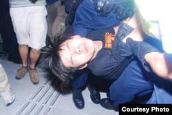 学民思潮召集人黄之锋被胡椒喷雾喷中倒地,被警员铐手铐拾走(张洁平微信图片)