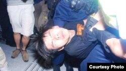 學民思潮召集人黃之鋒被胡椒噴霧噴中倒地,被警員銬手銬拾走(張潔平微信圖片)