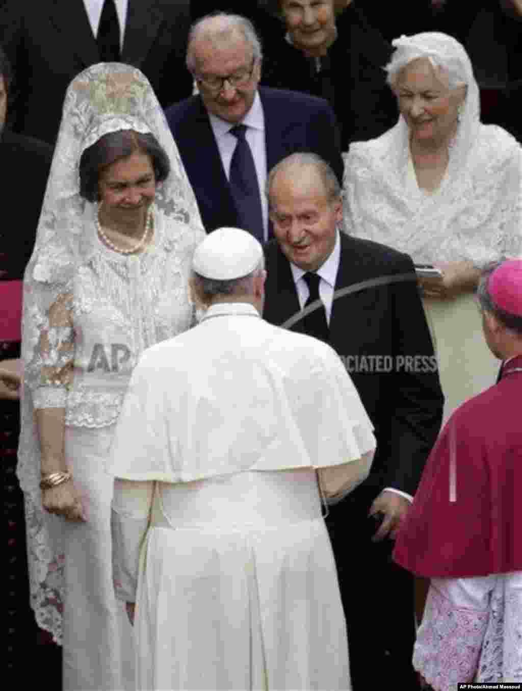 Los reyes de España, Don Juan Carlos y Doña Sofía, saludan al Papa.