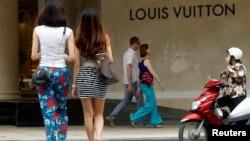 Các phụ nữ đi vào trung mua sắm Tràng Tiền Plaza ở Hà Nội