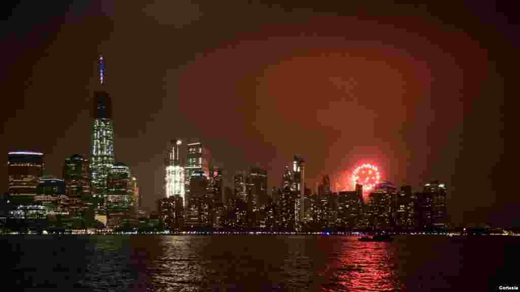 Fuegos artificiales del 4 de julio. Vista del WTC desde Exchange Pl, Jersey City, New Jersey, 2016.