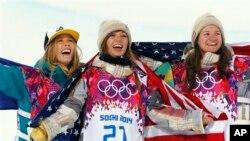 De izquierda a derecha, la australiana Torah Bright (plata), y las estadounidenses Kaitlyn Farrington (oro) y Kelly Clark (bronce).