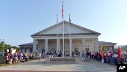 Funcionaria del Condado Rowan encarcelada apelará fallo de desacato por no emitir licencias de matrimonio a parejas gay.