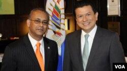 El secretario general adjunto de la OEA, Albert R. Ramdin, y el ministro de Relaciones Exteriores de El Salvador, Hugo Martinez, tras la firma del acuerdo.