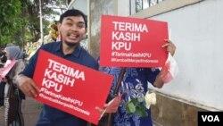 Peserta aksi damai memberikan dukungan kepada Komisi Pemilihan Umum (KPU) di depan kantor KPU pada Senin (22/4). (Foto: VOA/Sasmito)