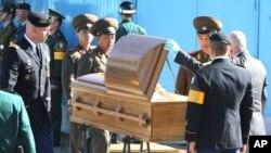 18일 판문점 공동경비구역에서 유엔군사령부가 인도한 북한 병사 시신을 살펴보는 북한군 장교들.