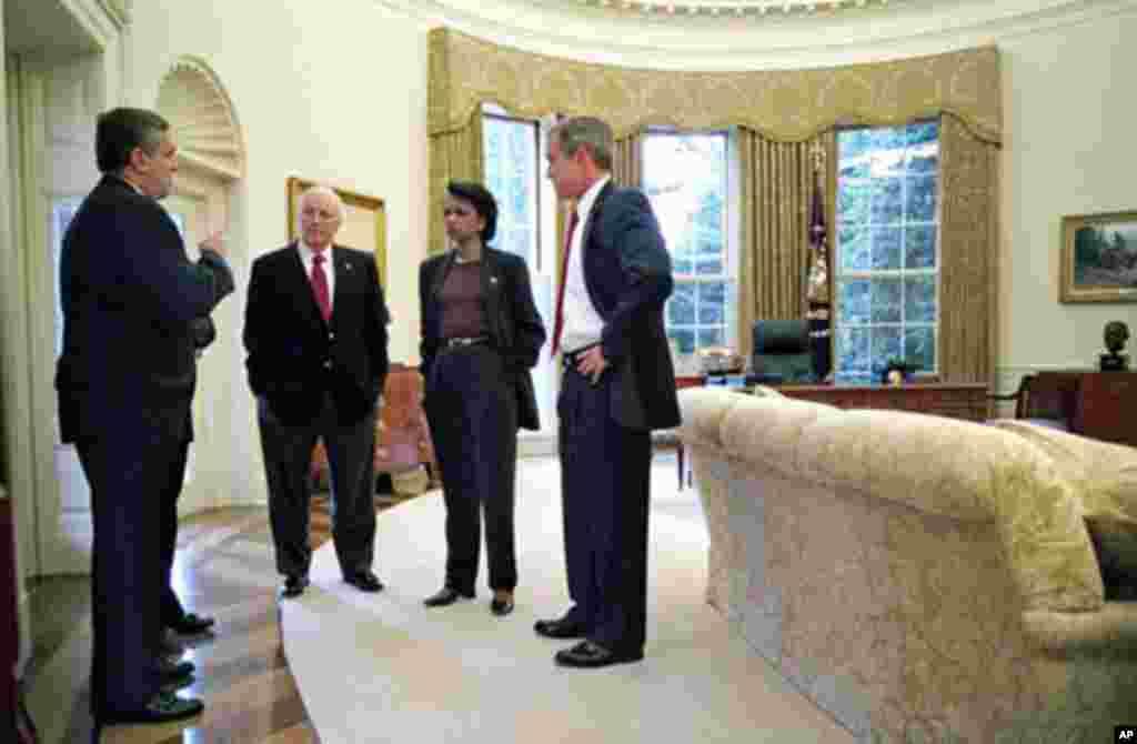 在这张拍摄于2001年10月7日的照片中,时任总统布什在椭圆形办公室会见中情局长特纳、副总统切尼、国家安全顾问赖斯。布什此前向全美国宣布了空袭阿富汗的军事行动。