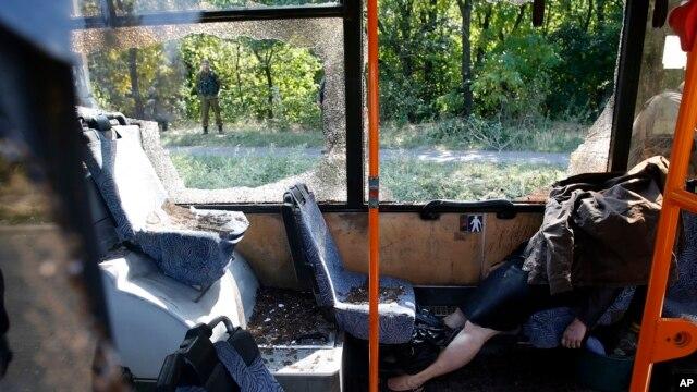 Donetskda avtobusga hujum ketidan. 16-sentabr, 2014-yil. Ukraina parlamenti bu orada bo'lginchilar nazoratidagi Donetsk va Luganskka o'zini boshqarish uchun kengroq vakolat beruvchi hujjatni ma'qulladi.