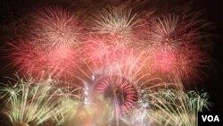 London Eye Central berhias kembang api di awal tahun tahun baru 1 Januari 2012 (1/1).