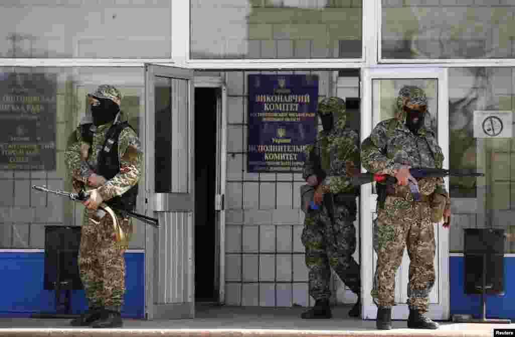 روس کے حامی ماسکو سے الحاق کا مطالبہ لے کر سرکاری عمارتوں پر قبضہ کیے ہوئے ہیں۔