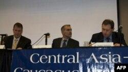 Глен Ховард, Ильяс Ахмадов и Андрей Илларионов