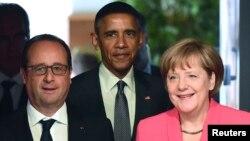 ປະທານາທິບໍດີ ຝຣັ່ງ ທ່ານ Francois Hollande (ຊ້າຍ), ປະທານາທິບໍດີ ສະຫະລັດ ທ່ານ Barack Obama ແລະ ນາຍົກລັດຖະມົນຕີ ເຢຍຣະມັນ ທ່ານນາງ Angela Merkel ໄປເຖິງ ກອງປະຊຸມສຸດຍອດ G7 ຄັ້ງທີສອງ ແລະມື້ສຸດທ້າຍ ຢູ່ທີ່ ຫໍປະສາດ Elmau ໃນນະຄອນ Kruen ໃກ້ກັບ ເມືອງ Garmisch-Partenkirchen, ປະເທດເຢຍຣະມັນ, ວັນທີ 8 ມີຖຸນາ 2015.