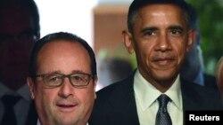 Presidente francês Francois Hollande (esq.) Barack Obama, Presidente americano (atrás)