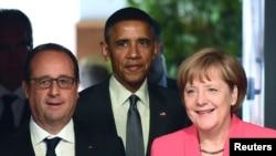 Presiden Perancis Francois Hollande (kiri), Presiden AS Barack Obama dan Kanselir Jerman Angela Merkel dalam KTT G7 di Kruen, Jerman (8/6). (Reuters/John Macdougall)