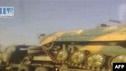 Hàng chục xe tải loại lớn chở xe tăng trên xa lộ chính từ Damascus dẫn tới Daraa