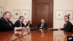 사회당의 에반젤로스 베니젤로스(좌측 첫번째) 대표, 보수파 신민주당의 안토니스 사마라스(좌측 두번째) 대표, 급진 좌파인 시리자당의 알렉시스 치프라스(우) 대표와 회담을 갖는 파풀리아스(중앙) 그리스 대통령.