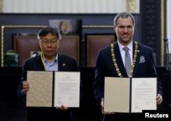 捷克首都布拉格市长贺瑞卜和台北市长柯文哲在布拉格签署正式缔结为姐妹城市的协议。(2020年1月13日)
